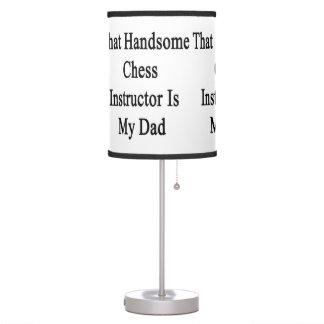 Ese instructor hermoso del ajedrez es mi papá