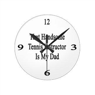 Ese instructor hermoso del tenis es mi papá reloj