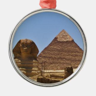 Esfinge y pirámide ornato