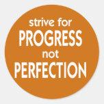 Esfuércese para la perfección del progreso no pegatinas redondas