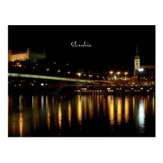 Eslovaquia, en la noche, fotografía hermosa del postal