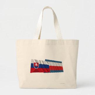 Eslovaquia y banderas que agitan de Trencin Bolsa