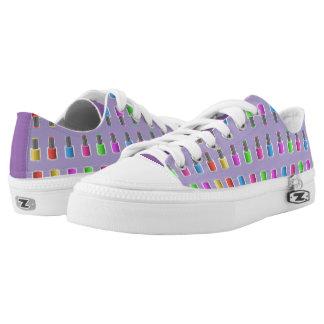 Esmalte de uñas del arco iris en la lavanda zapatillas