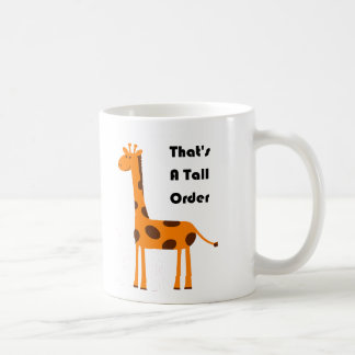 Eso es un dibujo animado anaranjado de la jirafa taza básica blanca