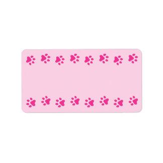 Espacio en blanco lindo rosado del perro casero o  etiqueta de dirección