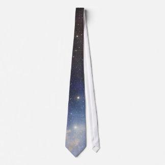 Espacio mágico de la cerveza sobre la página del corbata
