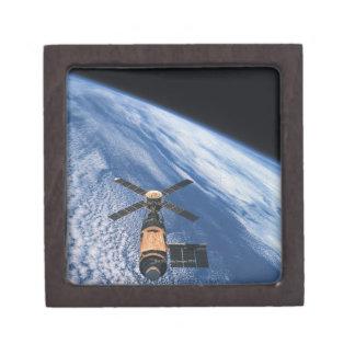 Espacio que está en órbita por satélite caja de joyas de calidad