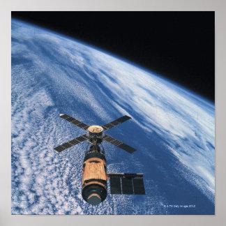 Espacio que está en órbita por satélite poster