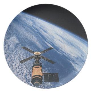 Espacio que está en órbita por satélite platos de comidas