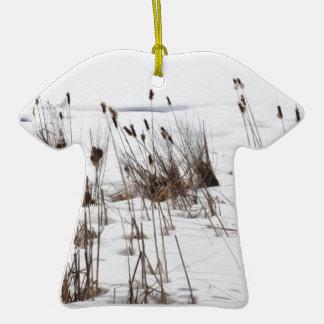 Espadañas en el lago congelado ornamentos de reyes magos