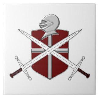 Espadas, casco y escudo medievales azulejo cuadrado grande