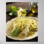 Espaguetis con albahaca y parmesano en la placa, impresiones