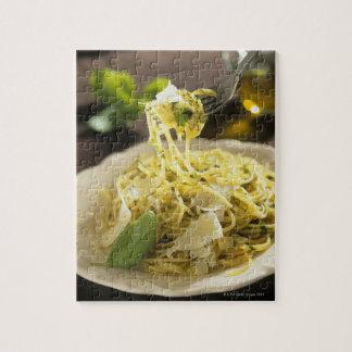 Espaguetis con albahaca y parmesano en la placa, puzzle