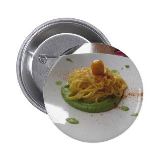 Espaguetis con bottarga en la salsa del espárrago pin redondo de 2 pulgadas