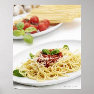 Espaguetis con la salsa y la albahaca de tomate poster