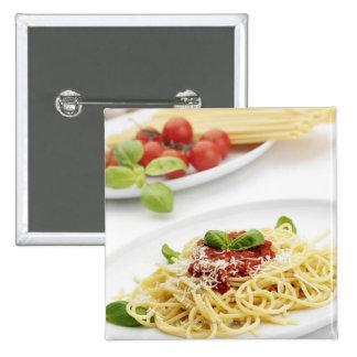 Espaguetis con la salsa y la albahaca de tomate pin cuadrado