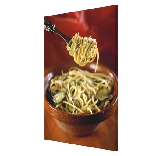 Espaguetis con los calabacines y el limón para el  impresion de lienzo