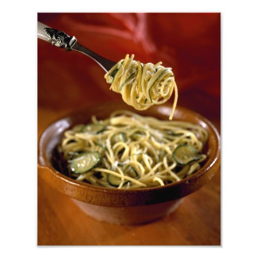 Espaguetis con los calabacines y el limón para el  arte con fotos