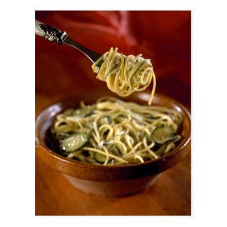 Espaguetis con los calabacines y el limón para el  tarjeta postal