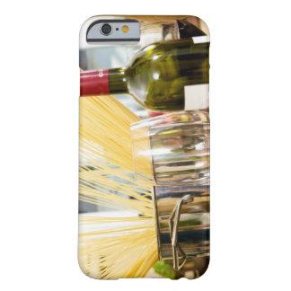 Espaguetis en cacerola con la botella y los funda para iPhone 6 barely there