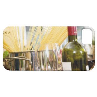 Espaguetis en cacerola con la botella y los iPhone 5 carcasas