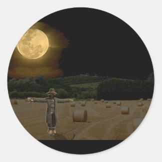 Espantapájaros en el campo del heno con la Luna Ll Pegatinas Redondas