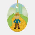Espantapájaros en el ornamento amarillo del navida ornamento para arbol de navidad