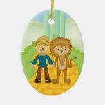 Espantapájaros y león en el ornamento amarillo del ornamento para arbol de navidad