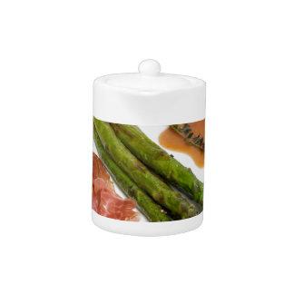 Espárrago verde con el jamón y la salsa