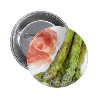 Espárrago verde con el jamón y la salsa pin redondo de 2 pulgadas