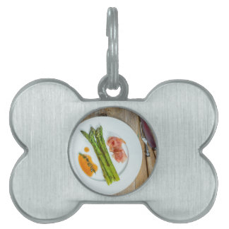 Espárrago verde con el jamón y la salsa placas de mascota