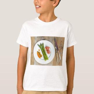 Espárrago verde con el jamón y la salsa playera