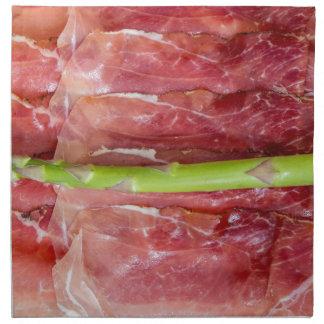 Espárrago verde con macro del jamón servilleta de papel