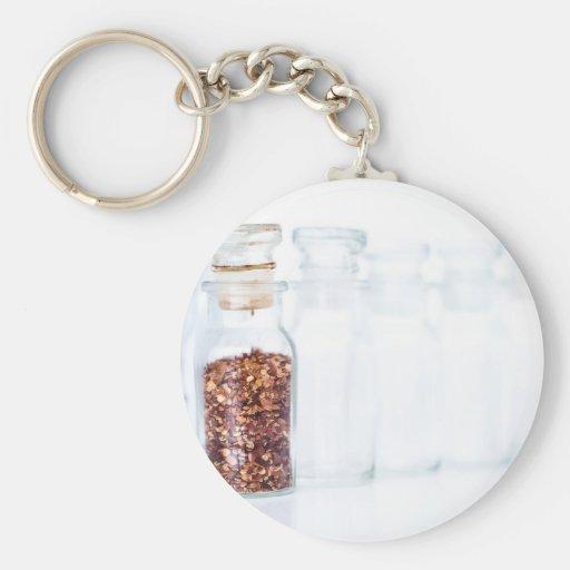 Especia caliente de la pimienta roja en una botell llaveros