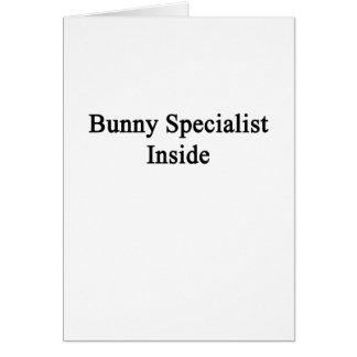 Especialista del conejito dentro tarjeta de felicitación