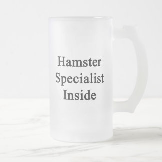 Especialista del hámster dentro taza de cristal