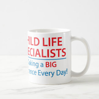 Especialistas de la vida del niño que hacen una ta tazas de café