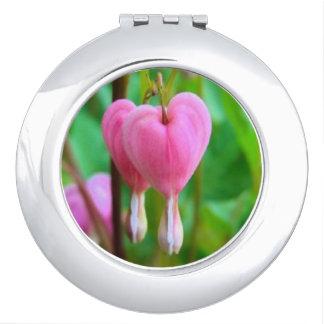 Espejo compacto redondo de los corazones