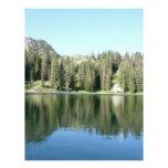 espejo del árbol de pino en el lago plantillas de membrete