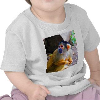 Espera para la mamá y el mono del amor camisetas