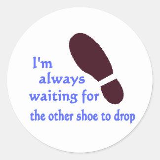 Esperar el otro zapato pegatina redonda