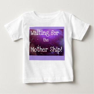 ¡Esperar la nave de madre! (Camiseta infantil) Tshirt
