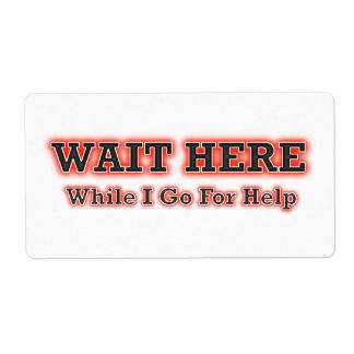 Espere aquí mientras que voy para la ayuda etiqueta de envío