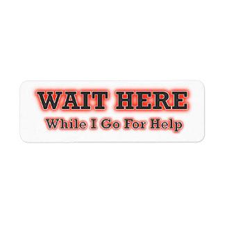 Espere aquí mientras que voy para la ayuda etiqueta de remite