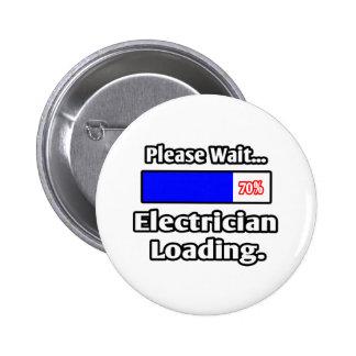 Espere por favor… el cargamento del electricista pin redondo de 2 pulgadas