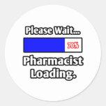 Espere por favor… el cargamento del farmacéutico pegatina redonda