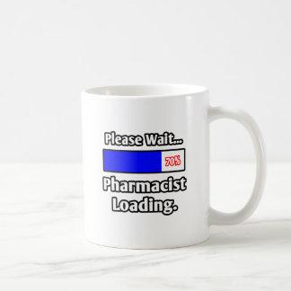 Espere por favor… el cargamento del farmacéutico taza clásica