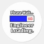 Espere por favor… el cargamento del ingeniero pegatinas redondas