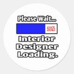 Espere por favor… el cargamento del interiorista etiqueta redonda