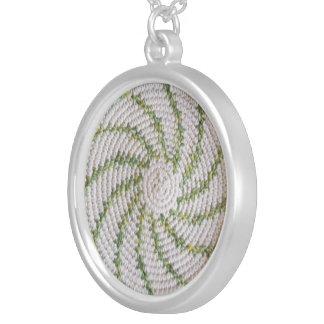 Espiral blanco y verde del collar -